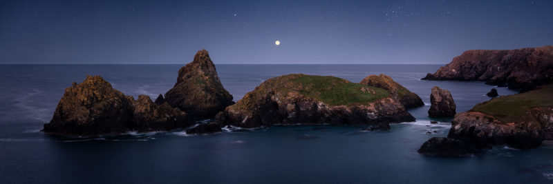 kynance cove cornwall rocky coast under the stars at night